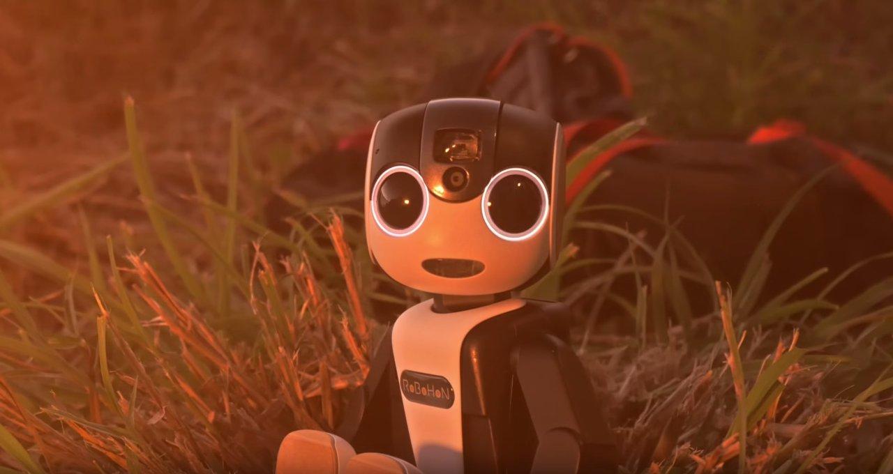 ロボット型スマホ!シャープの最新スマホ「RoBoHoN(ロボホン)」が可愛すぎる!