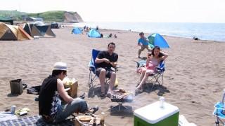 穴場!望来浜海水浴場でバーベキュー。昼を過ぎても砂浜ガラ空き!駐車場直結で荷物運びも楽々です。