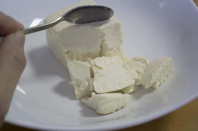 豆腐を崩す