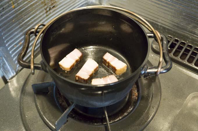 ベーコンを焼く