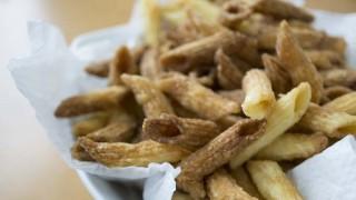カリッとペンネ、小麦粉をまぶして揚げるだけの簡単おやつ
