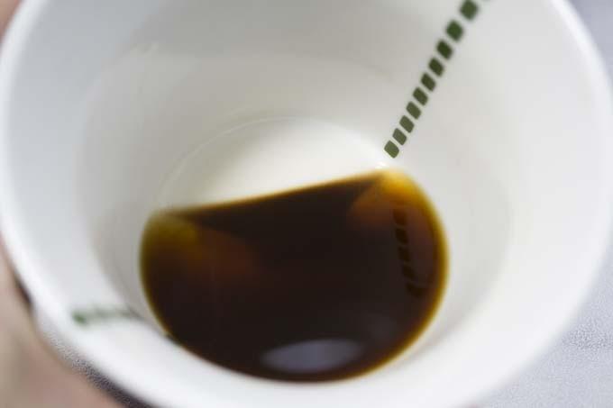 コーヒーの微粉が交じる