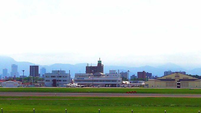 丘珠空港も滑走路側から見れる