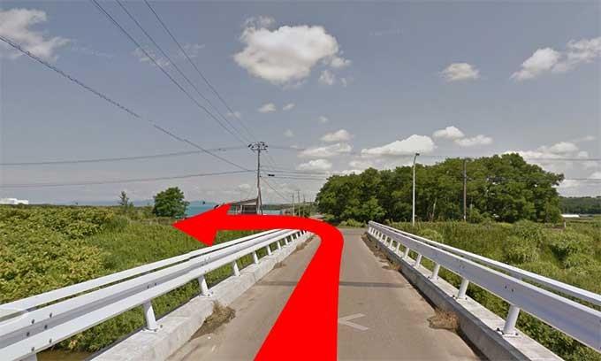橋をわたって左に